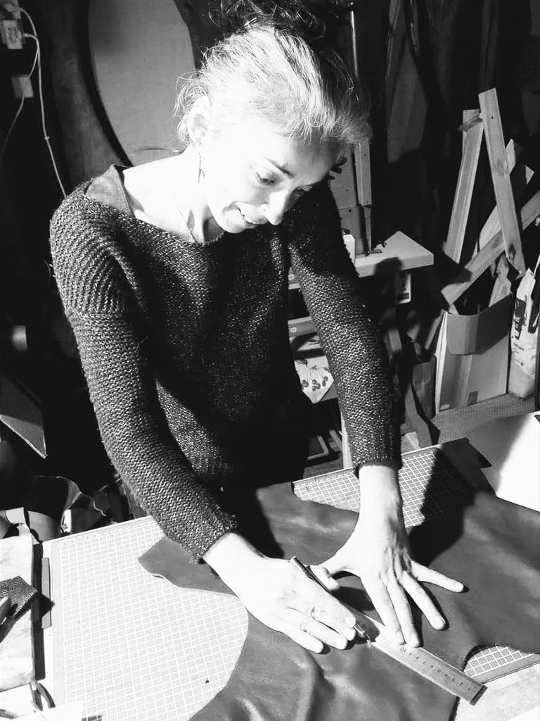 Julie coupe le cuir dans l'atelier Po&ZYa