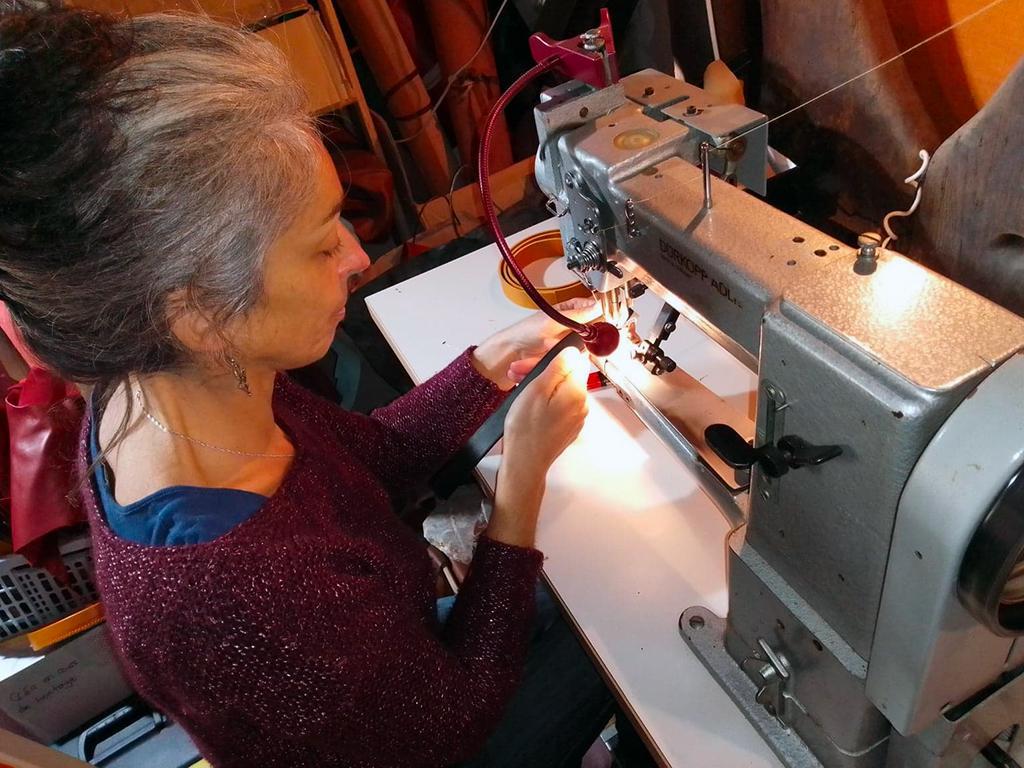 Julie pique à la machine atelier Po&ZYa - sac en cuir artisanal à Bergerac