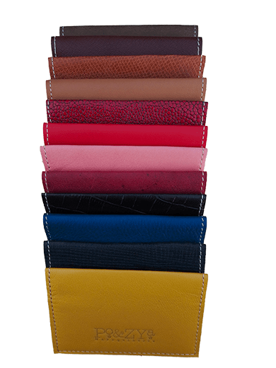 ensemble de porte-cartes en cuir de différentes couleurs alignés verticalement
