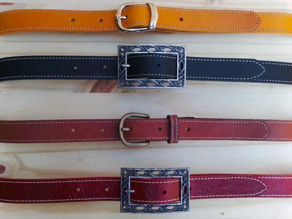 ensemble de ceinture piquées en cuir de différentes couleurs