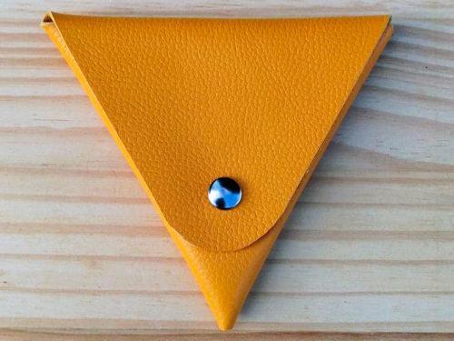 porte monnaie triangle en cuir jaune