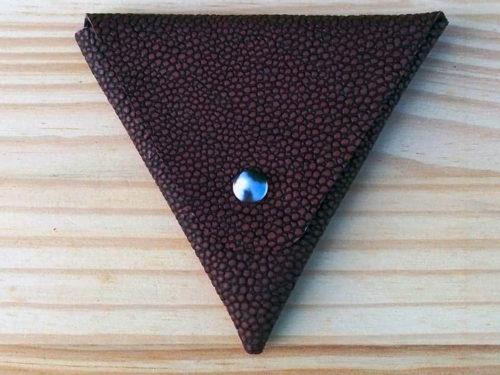 porte monnaie triangle en cuir marron galuchat