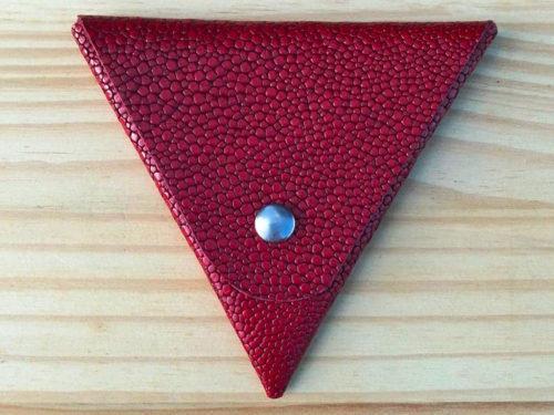 porte monnaie triangle rouge galuchat en cuir