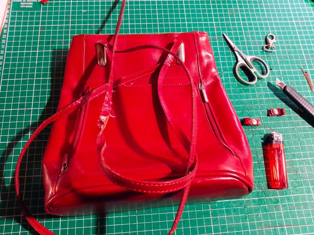 sac en cuir rouge avec bandoulière déchirée
