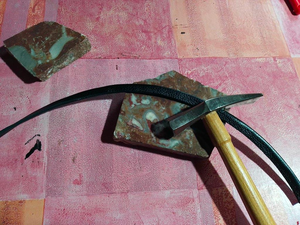 marteau après colle sur la nouvelle bandoulière