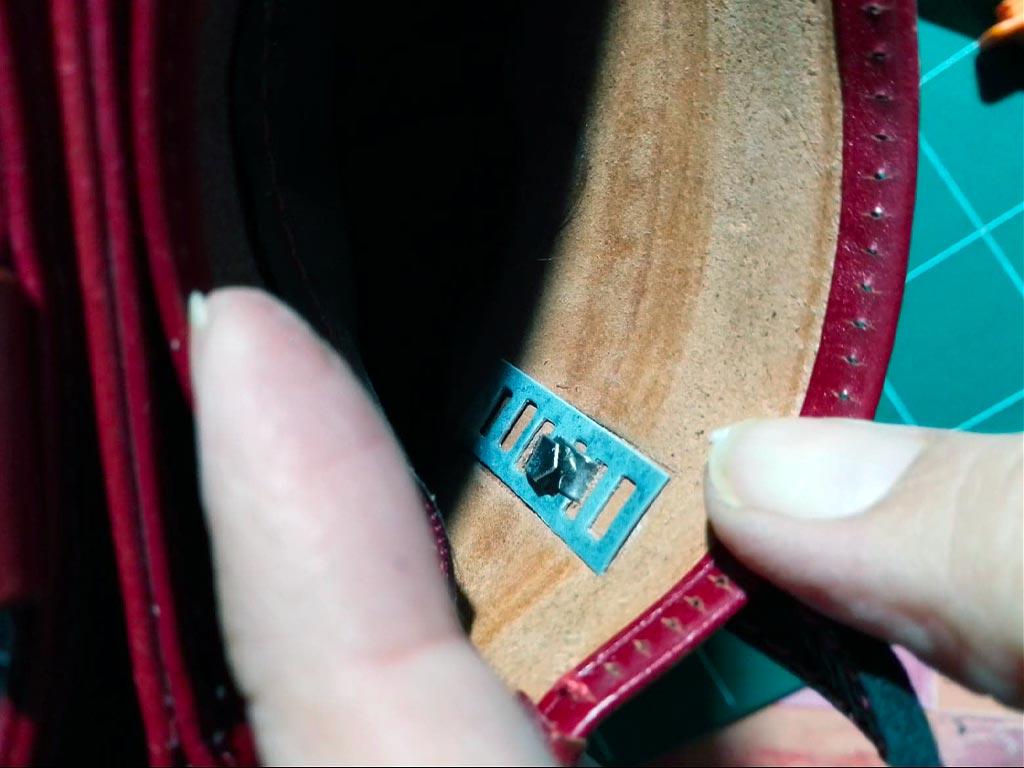 l_attache est remise avec nouvelle bandoulière sur le sac en cuir
